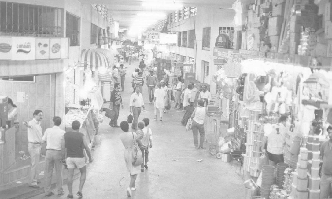 Nos corredores do Mercadão, o movimento de comerciantes e clientes em 07/01/1988 Ignacio Ferreira / Agência O Globo