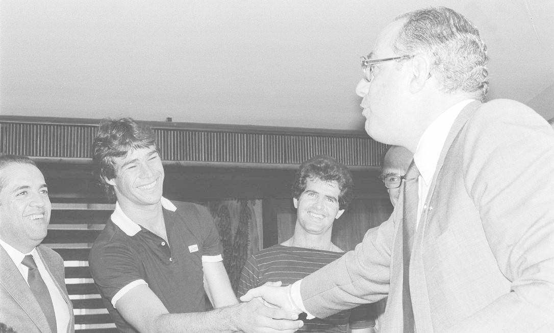 Com trânsito no futebol, Maluf recebeu apoio do goleiro do Fluminense Paulo Victor Foto: Alberto Jacob / 22/09/1984