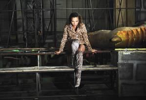 Casaco: Pacific Blue. Hot Pants: Acervo Produção. Botas: Cecconello. Brincos: Marta Lage Foto: Yuri Graneiro
