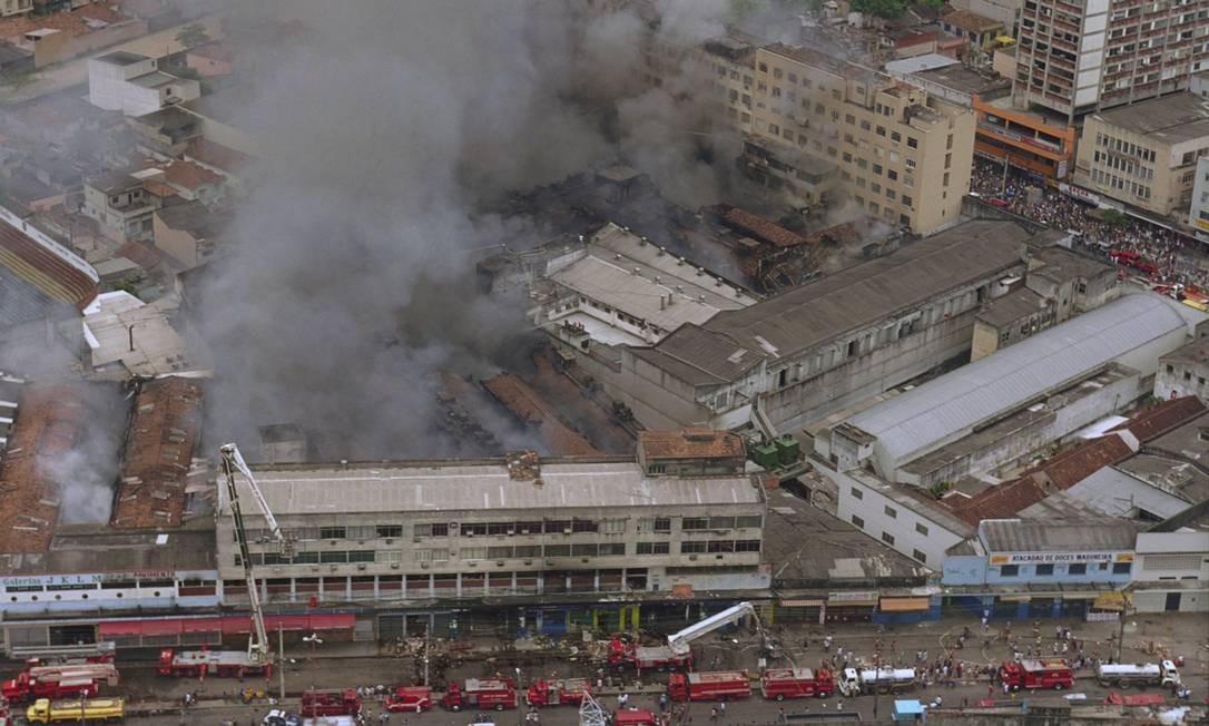 Ação para apagar as chamas mobilizou dezenas de bombeiros Custódio Coimbra / Agência O Globo