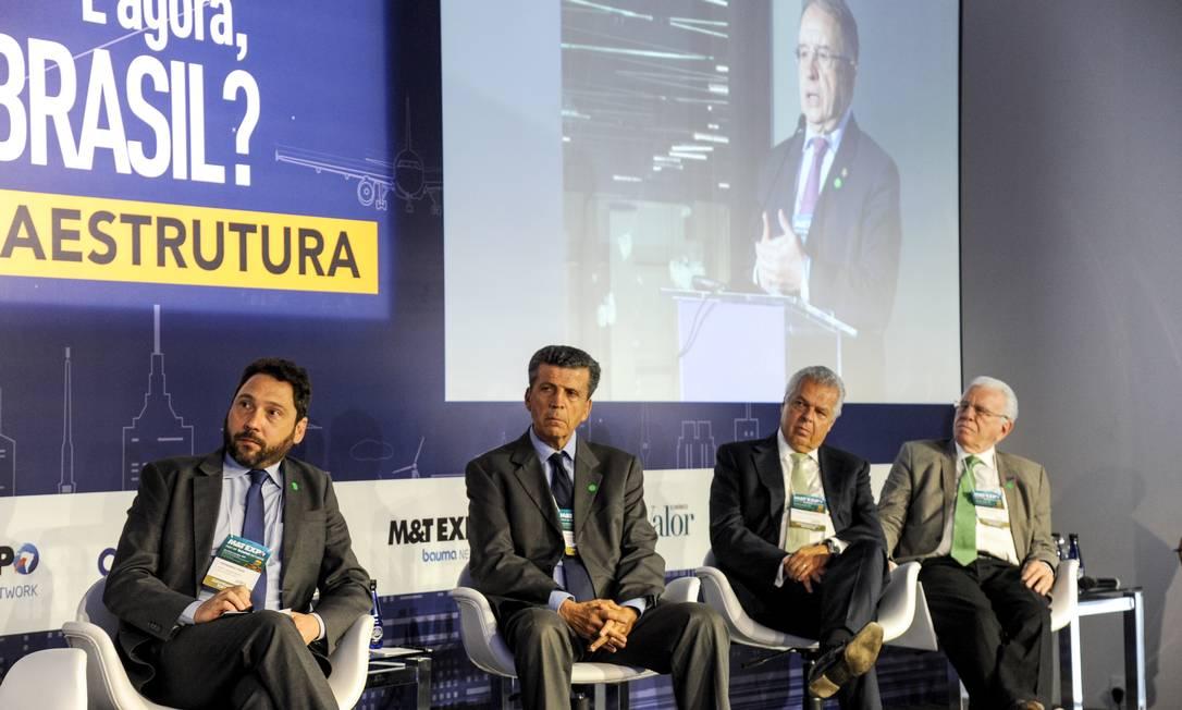 """Participantes do """"Fórum E Agora, Brasil?"""": da esquerda para a direita, Fernando Paes (ANTF), Cláudio Frischtak (Inter.B), Jorge Bastos (EPL) e Murillo Barbosa (ATP) Foto: Olga Vlahou / Agência O Globo"""