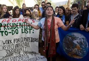 Americanos protestam contra a eleição do presidente Donald Trump durante a COP22 em Marrakesh Foto: Fadel Senna / AFP