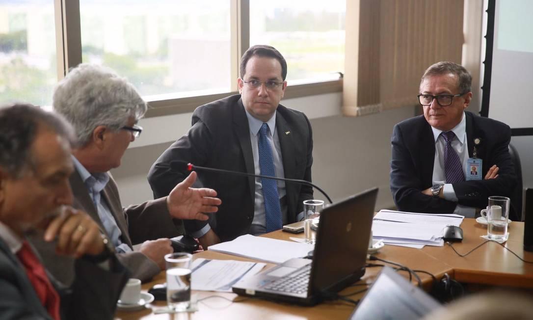 O futuro ministro da Educação,Ricardo Veléz Rodríguez (à dir.), em reunião da equipe da Capes Foto: Reprodução