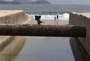 O vazamento, próximo à Praia do Leblon, foi gravado por morador Foto: Domingos Peixoto / Agência O Globo
