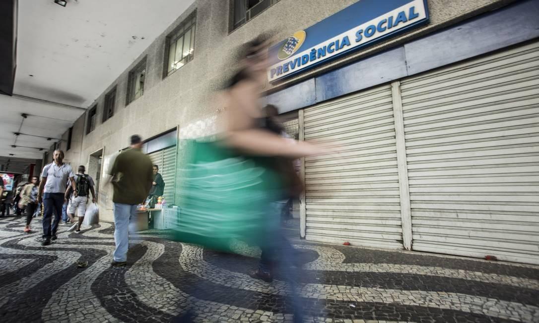 Fachada do posto de atendimento da Previdência Social na Avenida Presidente Vargas, no Rio. Foto: Ana Branco / Agência O Globo