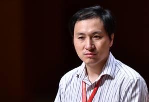 He Jiankui, em foto tirada em 28 de novembro, durante conferência de genoma humano em Hong Kong, onde anunciou o experimento que fez para alterar o DNA de duas bebês gêmeas Foto: ANTHONY WALLACE / AFP