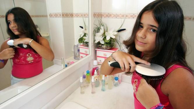 Meninas que usam maquiagem e outros cosméticos teriam puberdade antecipada, aponta estudo Foto: Marco Antônio Teixeira / Marco Antônio Teixeira/Agência O Globo