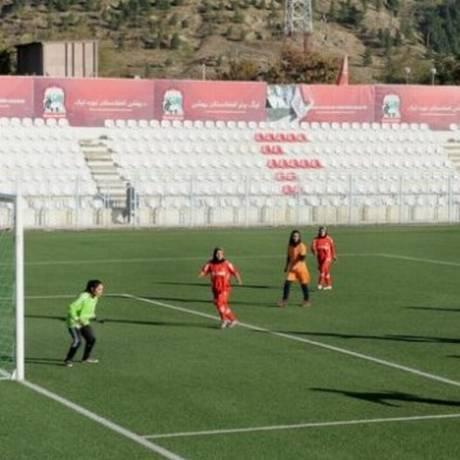 Time de futebol feminino do Afeganistão é visto como símbolo de abertura do país a mulheres Foto: AFP