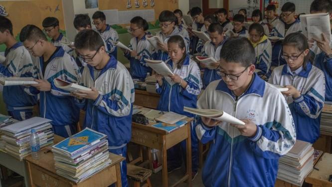 Estudantes leem livros didáticos para memorizá-los, em escola de Huining, na China Foto: GILLES SABRIÉ / NYT