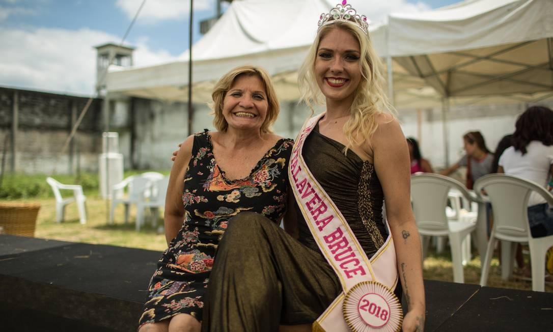Ao lado da mãe, Veronica Verone comemora o título Foto: Brenno Carvalho / Agência O Globo