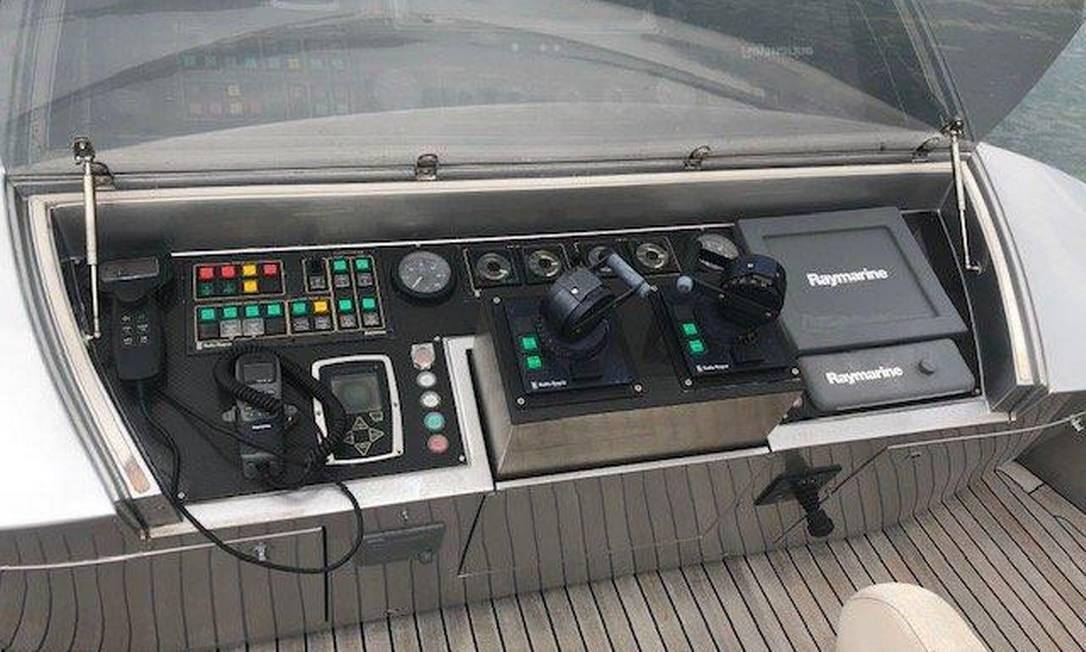 No iate, há ainda três cabines para viagens de longa duração, sendo duas para tripulantes e uma para o capitão; cozinha decorada em aço escovado Reprodução