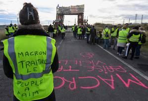 'Macron traidor, o povo tem fome', diz mensagem em colete de manifestante Foto: PASCAL GUYOT / AFP