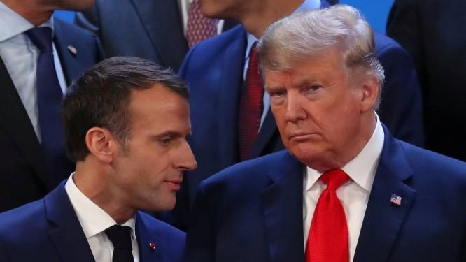 O presidente francês, Emmanuel Macron, posa ao lado do presidente americano, Donald Trump, na foto da cúpula do G-20 Foto: MARCOS BRINDICCI / REUTERS