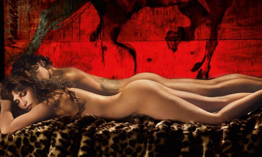 A modelo e atriz Laetitia Casta vive uma pintora que mora em um pequeno apartamento-estúdio com o seu parceiro, vivido por Sergei Polunin. Ela sonha com o sucesso como artista, ele como bailarino Foto: Albert Watson / Pirelli