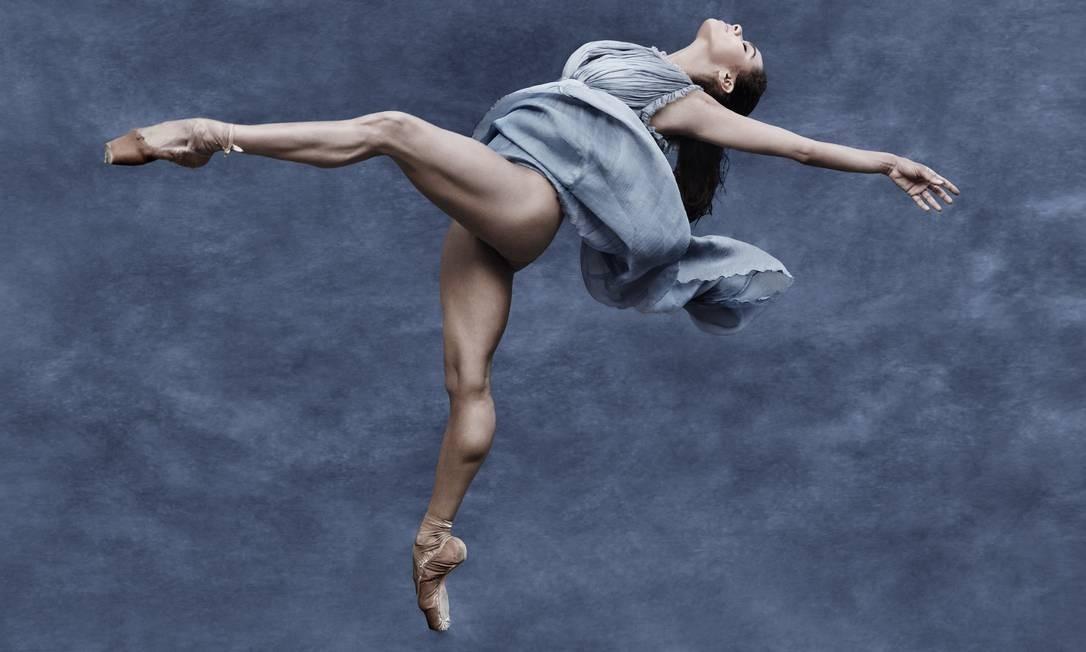 """""""Não queria meros retratos de pessoas, mas algo que se aproximasse o quanto mais das imagens congeladas de um filme"""", disse Watson. Aqui, bailarina americana Misty Copeland, a primeira negra a integrar o American Ballet Theatre Foto: Albert Watson / Pirelli"""