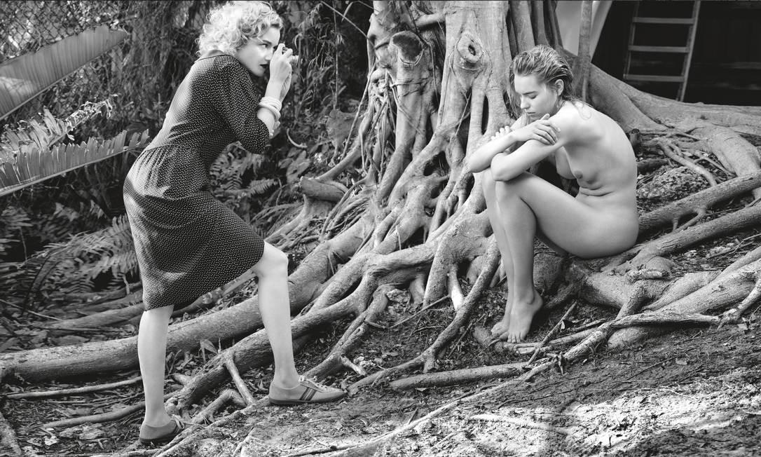 """A atriz Julia Garner interpreta uma jovem fotógrafa, amante da natureza e da solidão. """"Clicamos em um lindo jardim tropical de Miami, que se revelou o lugar perfeito para trabalhar"""" Foto: Albert Watson / Pirelli"""
