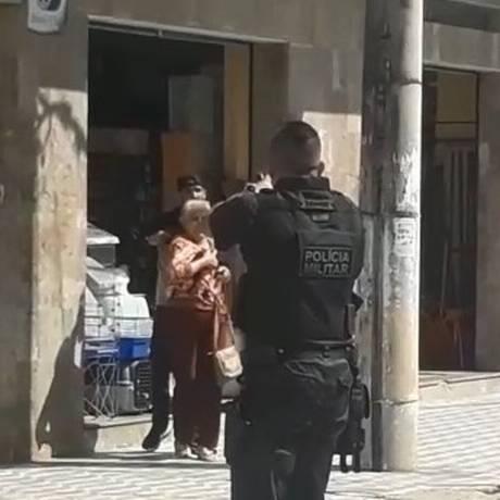 Um policial aponta sua arma para o bandido Foto: Reprodução de vídeo