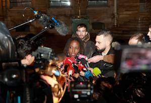 Priscilla Ludosky e Éric Drouet, dois porta-vozes dos coletes amarelos na França, falam à imprensa após reunião com governo em novembro Foto: JACQUES DEMARTHON / AFP