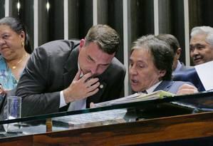 O senador eleito Flávio Bolsonaro (PSL-RJ) conversa com o presidente do Senado Federal, senador Eunício Oliveira (MDB-CE). Foto: Roque de Sá / Agência Senado