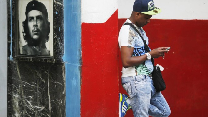 Cubano usa rede Wi-Fi em praça para acessar a internet Foto: Daniel Ramalho