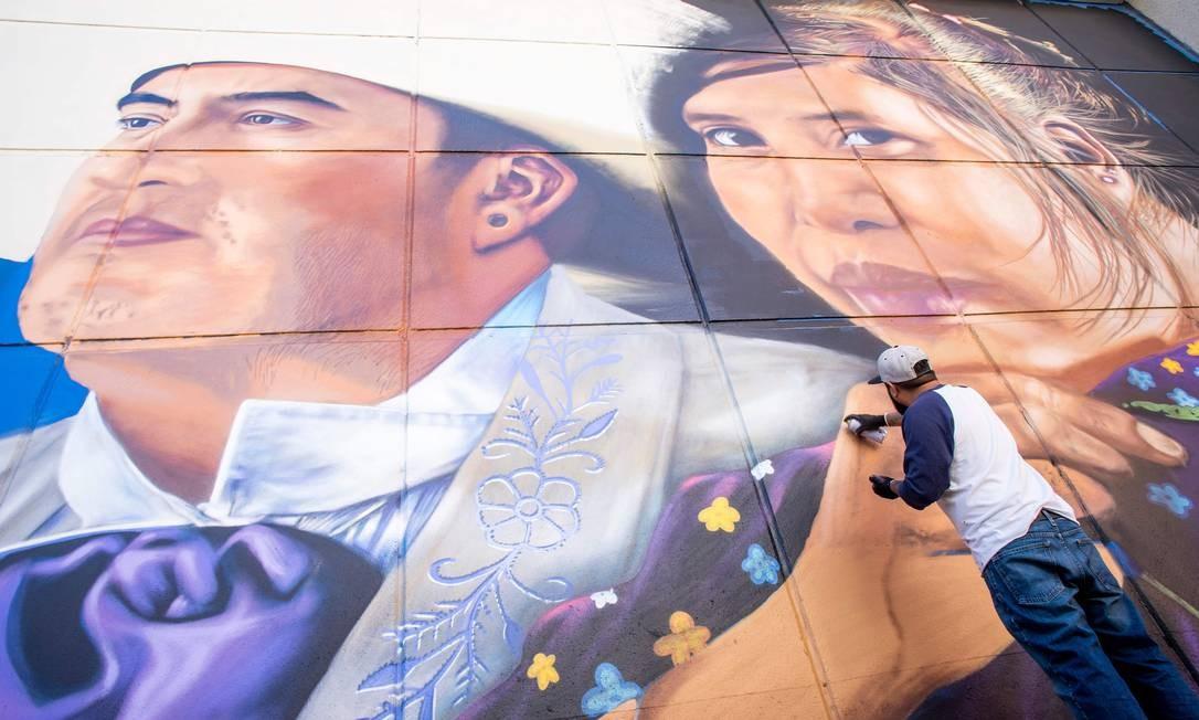 """""""Fronterizos"""" retrata um músico local, Johnny Barragan, com uma garota hispânica. PAUL RATJE / AFP"""
