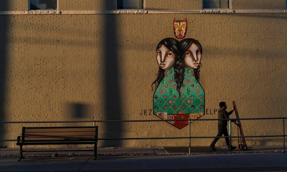 """""""Sister Cities"""" são duas irmãs idênticas, mas separadas por um rio. Foto: PAUL RATJE / AFP"""
