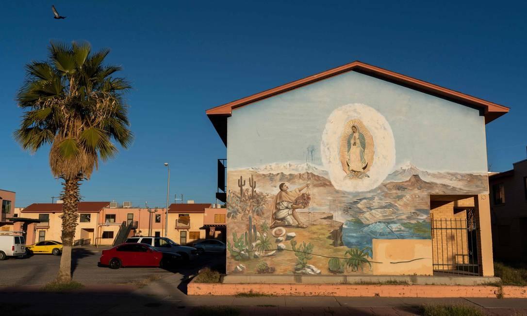 Pinturas como esta simbolizam os laços culturais que El Paso compartilha com o México e são encontradas por toda a cidade. PAUL RATJE / AFP