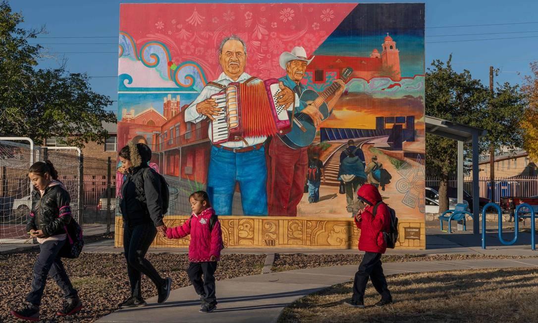 """El Corrido del Segundo Bairro"" pintura celebrando a música e as lutas de pessoas em El Paso. PAUL RATJE / AFP"