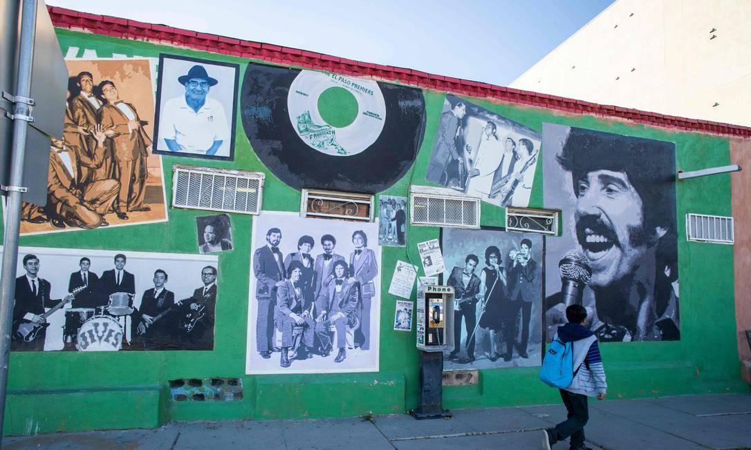Pintura retratando alguns grupos de música da área. Foto: PAUL RATJE / AFP