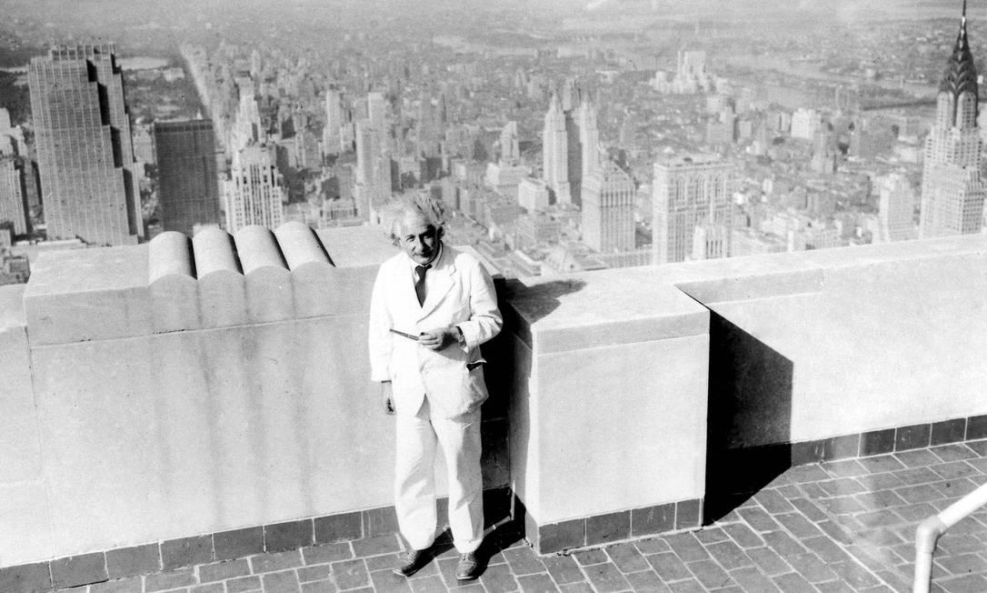 Foto dos anos 30 mostra Einstein de frente a paisagem de Nova York: relação de cientista com Deus foi abordada em diversas entrevistas e missivas Foto: Princeton University / Princeton University