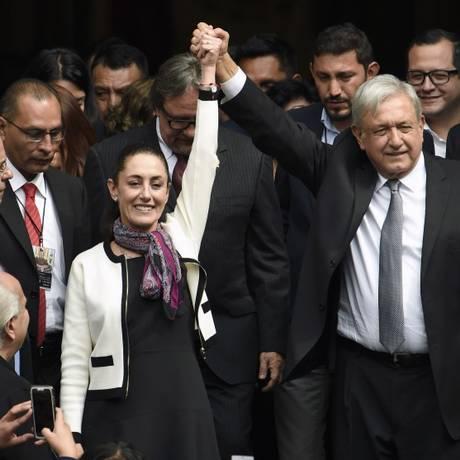 López Obrador levanta a mão de Claudia Sheinbaum: primeira mulher a governar a capital mexicana Foto: ALFREDO ESTRELLA / AFP