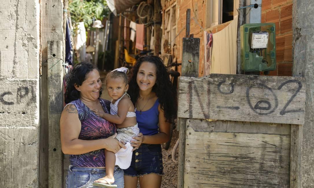 Glaucia e as filhas Maria Eduarda e Nicolly na casa onde moram, em Santa Cruz Foto: Gabriel de Paiva / Agência O Globo