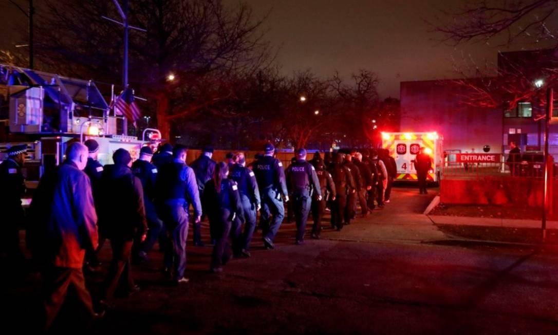 Corpo de policial morto em Chicago é escoltado até hospital: pesquisa foi realizada em bairros violentos da cidade Foto: KAMIL KRZACZYNSKI/AFP