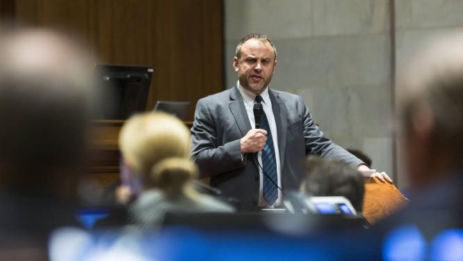 Democrata Gordon Hintz, em discurso na Assembleia Legislativa de Wisconsin Foto: Andy Manis / AFP