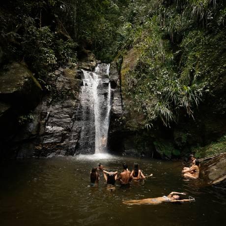 Cariocas e turistas aproveitam o dia de forte calor nas cachoeiras do Horto Foto: Agência O Globo