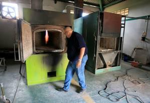 Funcionário prepara crematório no cemitério Eden Gardens, em Maracaibo Foto: STRINGER / REUTERS