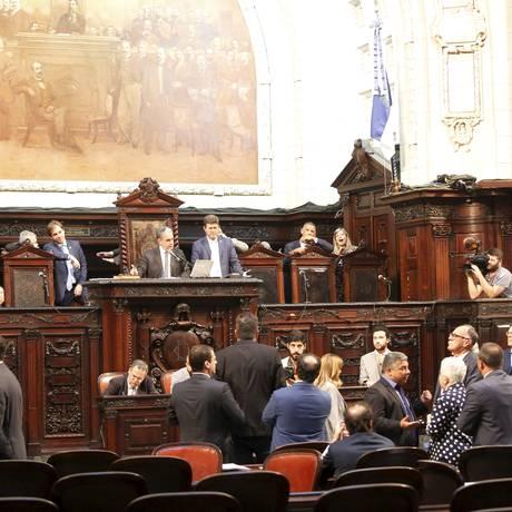 Deputados em plenário durante a votação dos vetos de Pezão em 06/12 Foto: Marcos Ramos / Agência O Globo