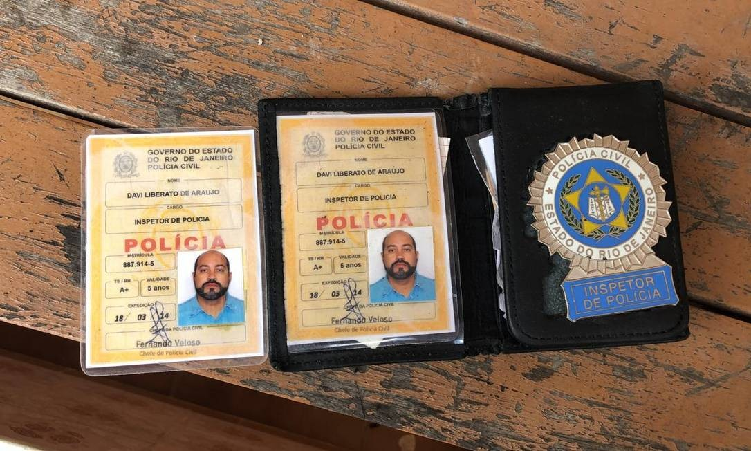 A carteira e o distintivo falsos usados por Davi Foto: Divulgação