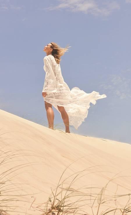 CAFTÃ: A peça rendada de manga longa é uma saída de praia que garante sofisticação da areia à festa de fim de tarde. Esteja sempre preparada. Renata usa vestido Dolce & Gabbana Foto: Thais Vandanezi