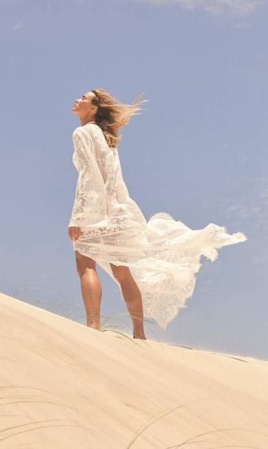 CAFTÃ: A peça rendada de manga longa é uma saída de praia que garante sofisticação da areia à festa de fim de tarde. Esteja sempre preparada. Renata usa vestido Dolce & Gabbana Thais Vandanezi