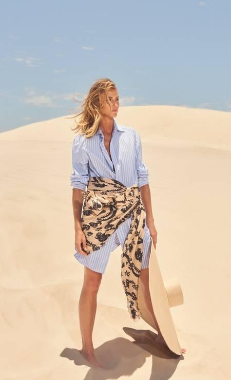 CHEMISE: Deixe de lado o vestidinho de sempre e aposte na camisa de botão como saída. Para dar o toque praiano, amarre a canga estampada na cintura. Camisa Gucci e lenço Louis Vuitton Foto: Thais Vandanezi