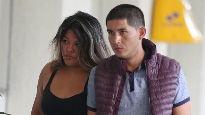 Casal de peruanos chega à Cidade da Polícia após ser preso por tentativa de furto e de suborno. Foto: fabiano rocha / Agência O Globo