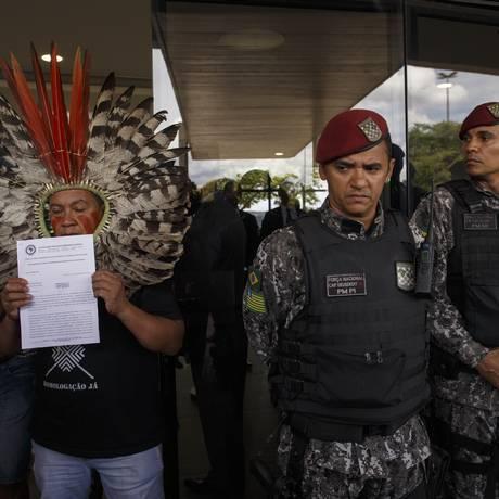 Representantes de diversas etnias indígenas estiveram no gabinete de transição para protocolar um documento com reividicações Foto: Daniel Marenco / Agência O Globo