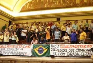 Taxistas acompanham audiência pública sobre aplicativos de transportes na Câmara Foto: Guilherme Pinto / Agência O Globo