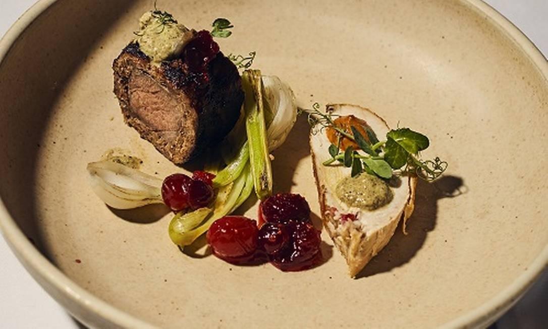 Um prato de guaxinim defumado, uma dos pratos do menu de oito cursos preparado pelo chef Tyler Anderson com as receitas preferidas do escritor Mark Twain Foto: CHRISTOPHER GREGORY / NYT