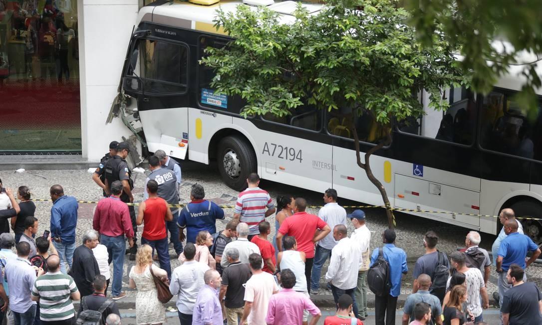 Acidente com ônibus deixa seis feridos na Avenida Rio Branco, no Centro do Rio
