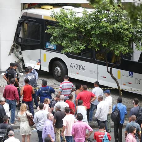 Ônibus invade agência bancária na Avenida Rio Branco Foto: Marcio Alves / Agência O Globo