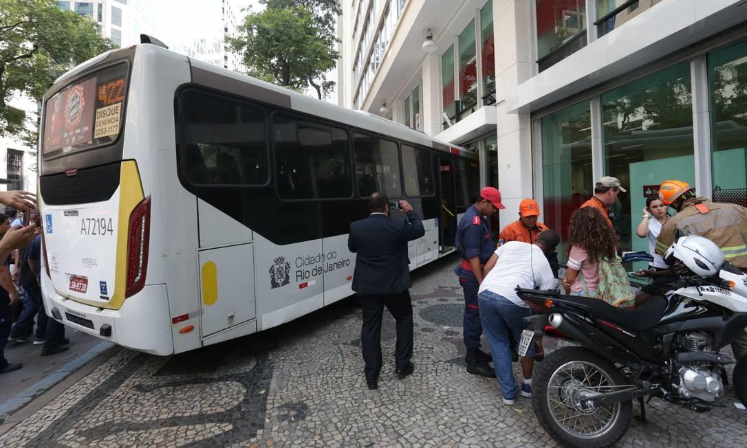 A Avenida Rio Branco chegou a ficar totalmente interditada, mas foi liberada às 16h16 Foto: Marcio Alves / Agencia O Globo
