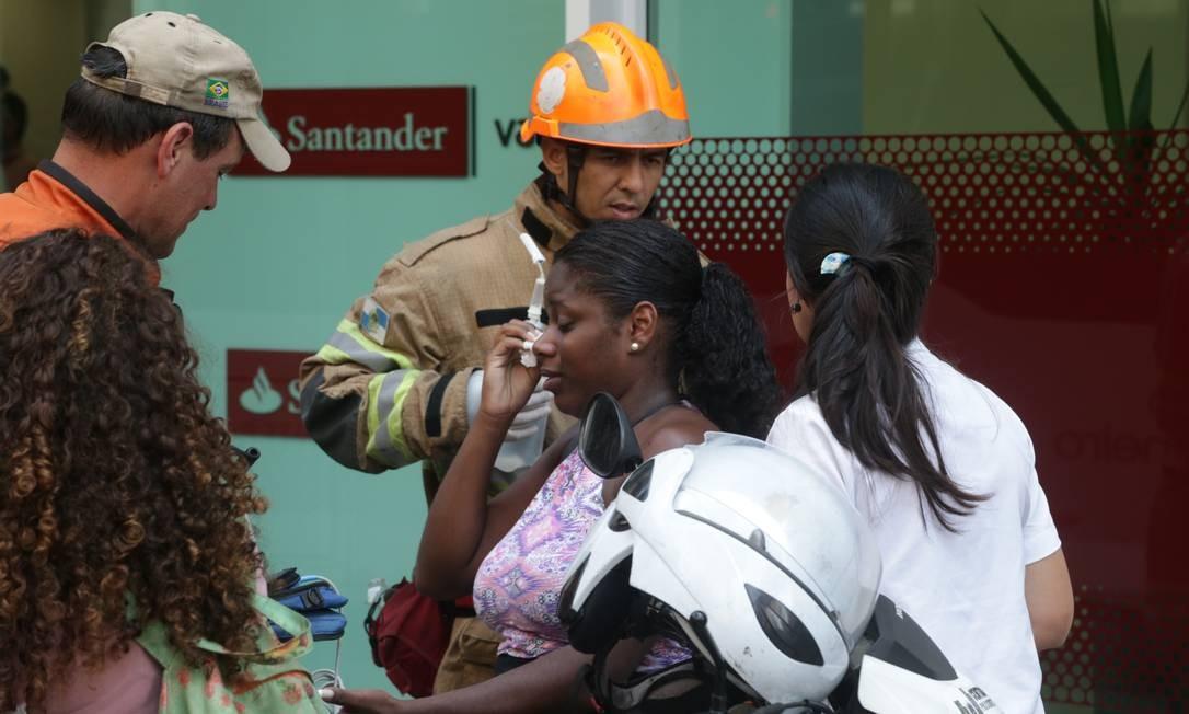 As vítimas foram levadas para o Hospital Souza Aguiar, no Centro Foto: Marcio Alves / Agencia O Globo