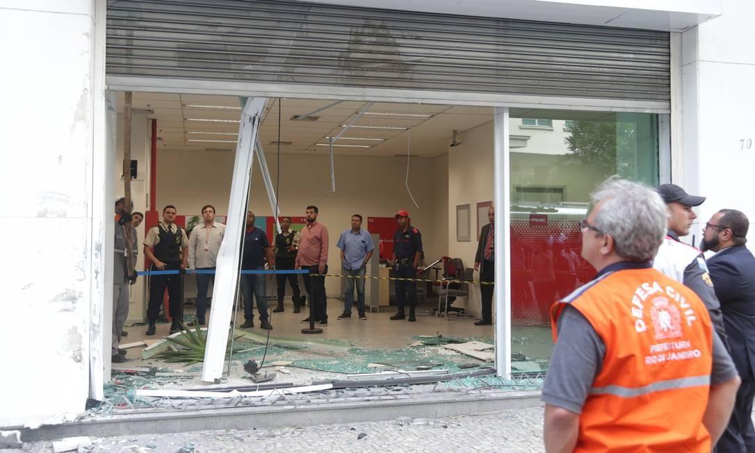 A agência bancária, num edifício comercial, ficou destruída Foto: Marcio Alves / Marcio Alves